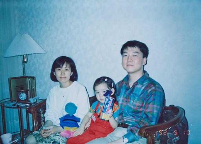 1992년 딸과 함께 놀러 간 지인의 집에서. 안철수 후보 캠프 제공